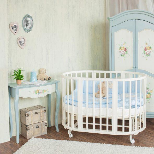 Овальная кроватка для малыша в детской