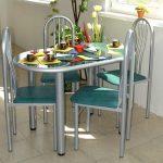 Овальный кухонный стол с удобными мягкими стульями