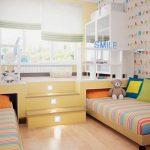 Подиум с двумя выдвигаемыми кроватями в интерьере комнаты девушек