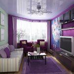 Полосатый диван и фиолетовые кресла для гостиной в зелено-фиолетовых тонах
