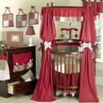 Прекрасная комната в красном цвете с вещами ручной работы