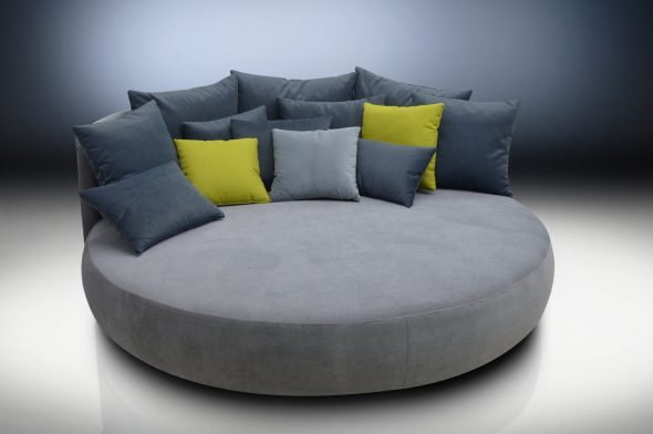 Простой серый круглый диван