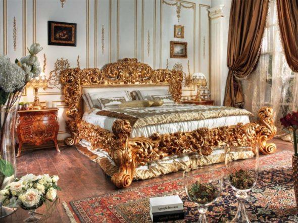 Просторная спальня с большой кроватью