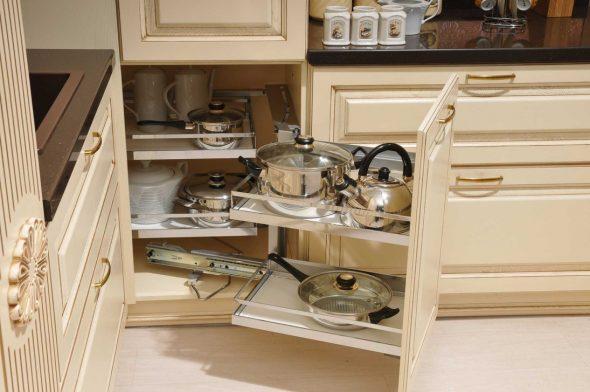Размещение посуды в угловом шкафу