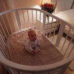 Ребенок в манеже-кроватке