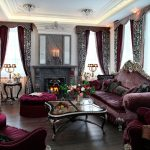 Роскошная бордовая гостиная в стиле барокко