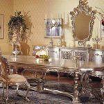 Роскошная зала для гостей с огромным столом