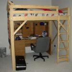 Самодельная кровать-чердак из дерева для взрослого