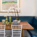 Синий диван в углу кухни