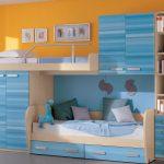 Синяя двухъярусная кровать со смещенными спальными местами