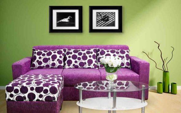 Сиреневый диван с красивыми подушками