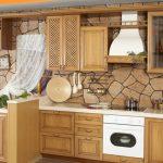 Стильная деревянная кухня с декором