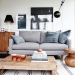 Стильные предметы декора из дерева в комнате с панорамным окном