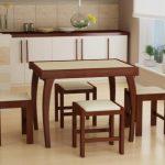 Стол с изогнутыми ножками и табуретками для маленькой кухни