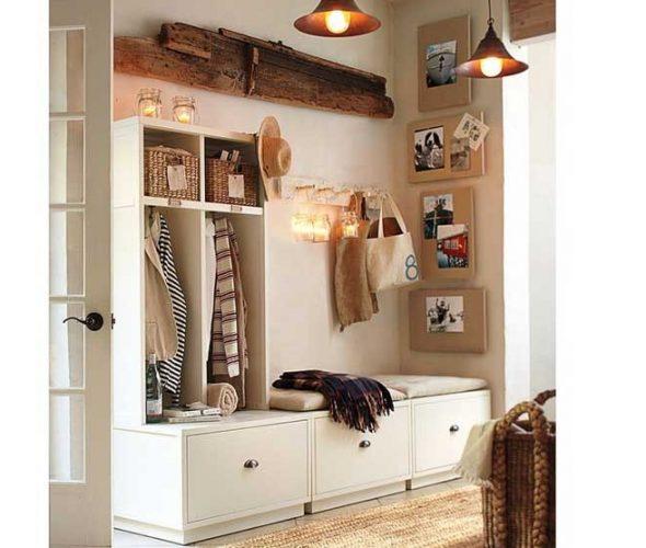 Светлая мебель в маленькой прихожей
