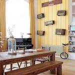 Темные предметы интерьера в хорошо освещенной маленькой квартире