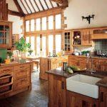 Удобная деревянная кухня, изготовленная самостоятельно