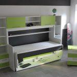 Удобная стол-кровать зеленого цвета