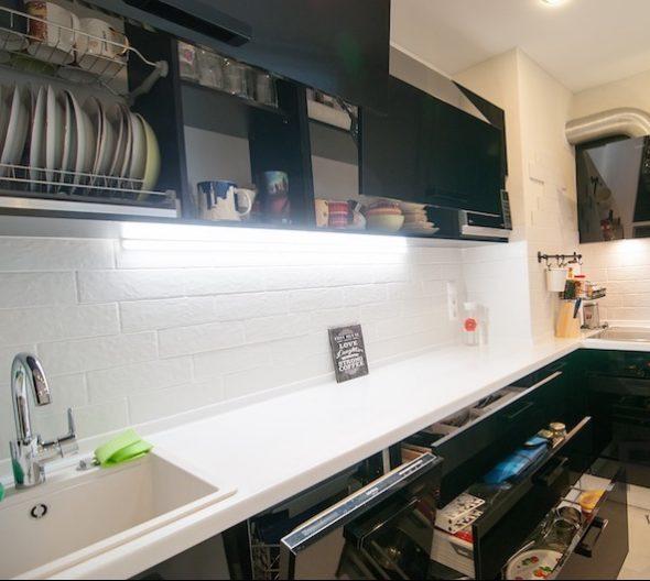 Угловая черная кухня с наполнением