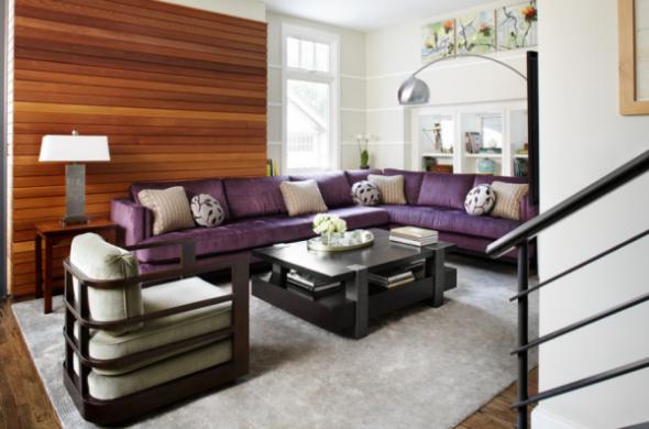 Угловой диван фиолетового цвета в гостиной