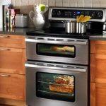 Установленный зависимый духовой шкаф в нижнем ярусе кухни