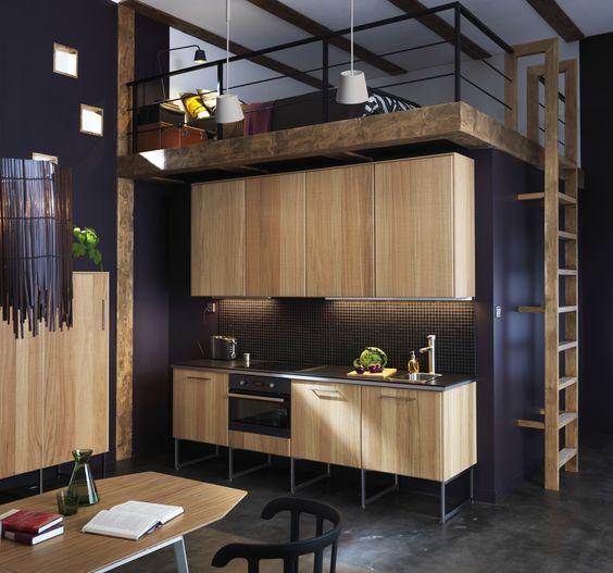 Встроенная кровать-чердак над кухонной мебелью
