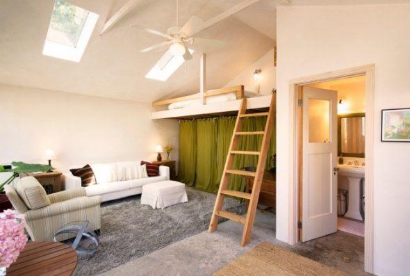 Встроенная в нишу кровать с наклонной лестницей