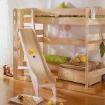 Высокая деревянная кровать с игровой зоной