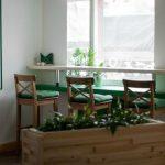 Высокий столик в зеленой зоне у окна