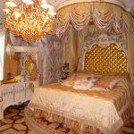 взрослая и детская кровати в барочном интерьере