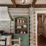 Зеленый буфет в деревенском стиле на кухне