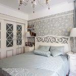 Белая кровать с высокой ажурной спинкой и шкафы со стеклянными дверками в стиле прованс