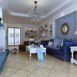 Бело-голубая комната с синим диваном