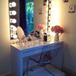 Белый туалетный столик с гримерным зеркалом
