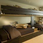 Большая кровать в два яруса для нескольких человек