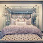 Большая мягкая кровать в интерьере светлой и красивой спальни