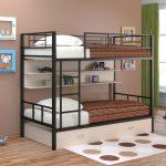 Черная металлическая кровать в два яруса