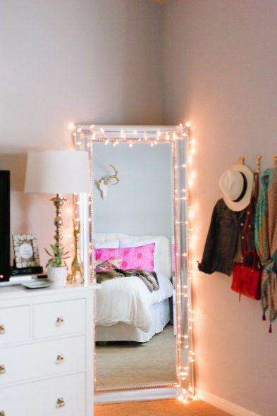 Декор и дополнительный свет для зеркала во весь рост с помощью гирлянды