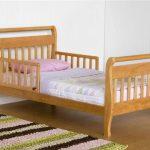 Деревянная кровать с изогнутыми быльцами