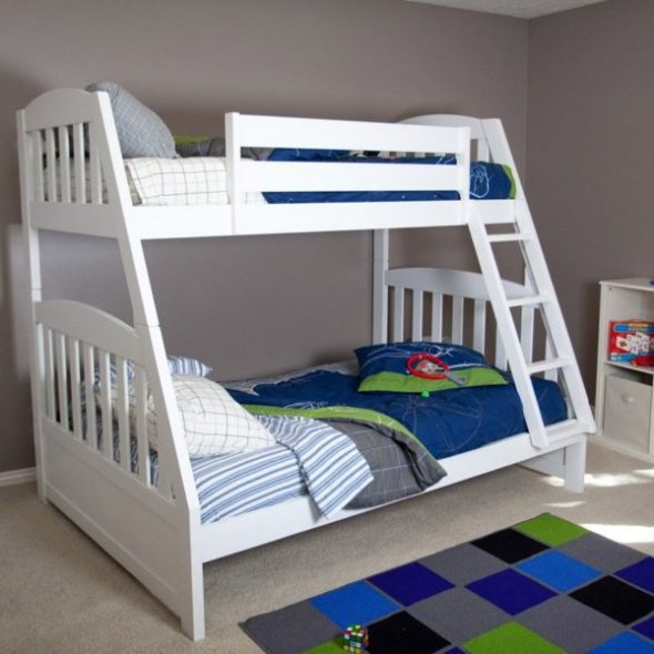 Деревянная кровать с разной шириной спальных мест