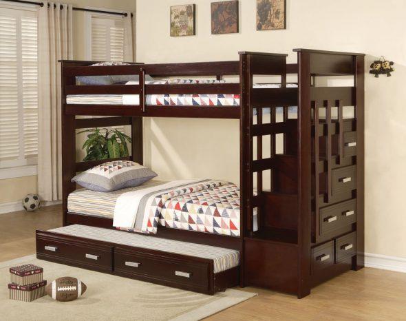Деревянная кровать с выдвижными ящиками й