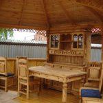 Деревянная резная мебель в беседке