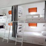 Детские кровати с окошками и шторками