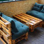 Диванчики и столик на открытой террасе
