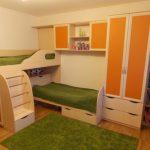 Двухъярусная кровать со встроенным шкафом и полками — хорошее решение для детей школьного возраста
