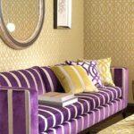 Фиолетовый диван и кресла хорошо сочетается с золотисто-желтым в комбинированном плане