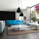 Голубой диван как яркий акцент