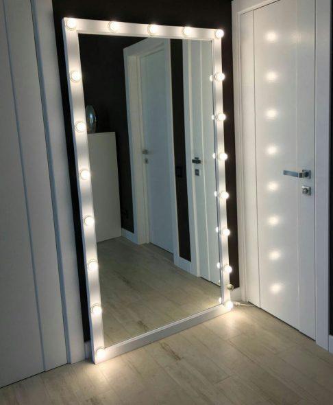 Большое зеркало с лампами