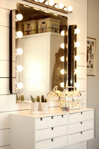 Установка отдельных блоков с лампами вокруг зеркала