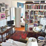 Книжный шкаф позволяет разделить зоны для сна и приема гостей